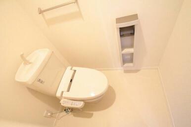 洗浄付き便座となっており、寒いときには便座を温めてくれる機能も付いているので寒い季節のトイレも楽々で