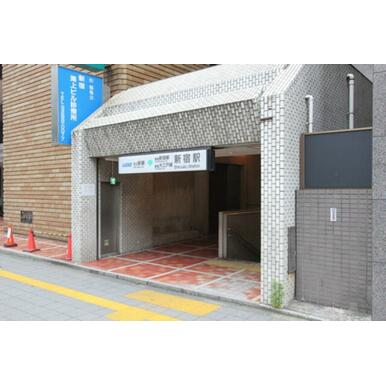 京王新線新宿駅の出口より徒歩2分。JR新宿駅周辺は地下道で行くことができます。