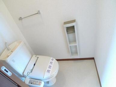 【トイレ】単身間取りではうれしい、バス・トイレ別!!トイレには洗浄機能付き便座を設置♪ 手摺付きのペ