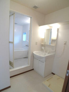 【洗面所】洗面台は洗髪のできるシャンプードレッサーです☆ハブラシ置きや小物を置ける棚も付いております