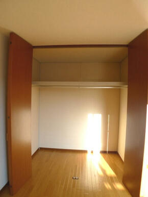 【収納】このお部屋の収納は天井近くまで高さのあるクローゼットです!! 衣装ケースやお布団はこちらに収