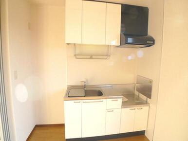 【洋室】洋室には壁付けのキッチンがあります☆1Rの間取りはお部屋内にキッチンがあるため避けられやすい