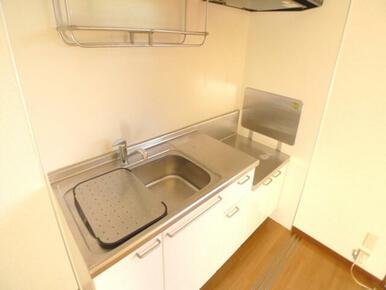 【キッチン】ご入居者様が手持ちのコンロを使えるキッチンです♪キッチンには上下に収納スペースも確保して