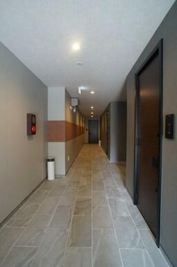 ホテルのような屋内共用廊下 1F