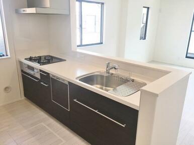 【キッチン同仕様写真】最新の設備が整ったオープンキッチン!※色味が異なります。(4号棟)