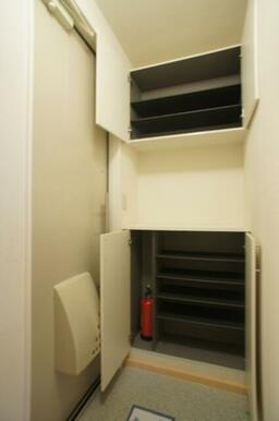 【玄関】シューズボックスの棚は可動タイプになっておりますので、ロングブーツなども収納いただけます♪