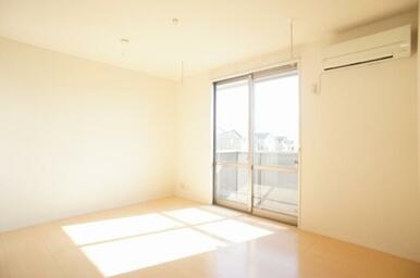 【リビングダイニング】天井高を活かした窓は南向きなのでお部屋の中まで光が差し込みます。エアコン付。