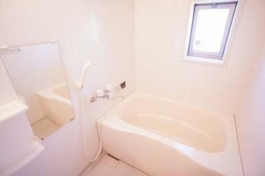 【浴室】追い焚き付給湯機なので、いつでも温かなバスタイムを。