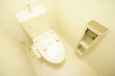 【シャワートイレ】収納棚付ホルダーなので、トイレ周りもスッキリお使いいただけます♪上部にも収納棚あり