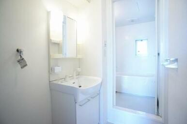 【洗面所】シャワー水栓付洗面台なので、頭だけを流したい時などにとても便利です♪