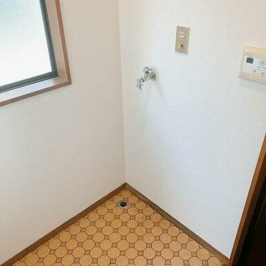 キッチン奥家事室に洗濯機スペースがあります。