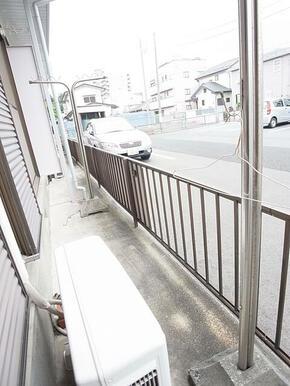バルコニーがあるので外にお洗濯物が干せます※1階のお写真です