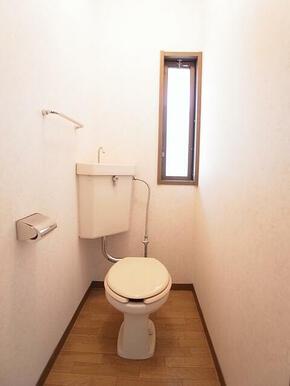 トイレに小窓がついています☆※別のお部屋の写真です