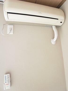 エアコン付きで暑い日寒い日も快適♪※別のお部屋の写真です