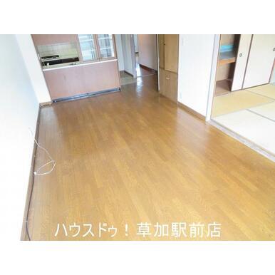 南向きのリビングは家族団らんの空間です♪床はフローリングなのでお掃除も楽々です!