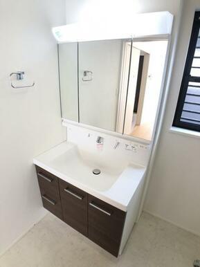 【2号棟洗面室】 忙しい朝の支度を手助けする、シャワー付洗面台!