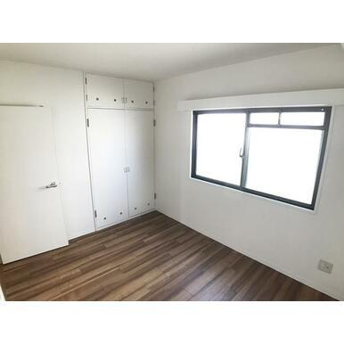 「約5.5帖洋室」収納付きでお部屋をスッキリ片付けられます