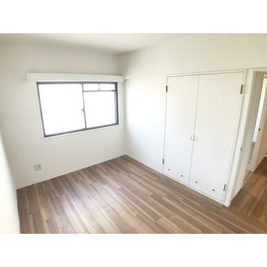 「約5.6帖洋室」収納付きでお部屋をスッキリ片付けられます