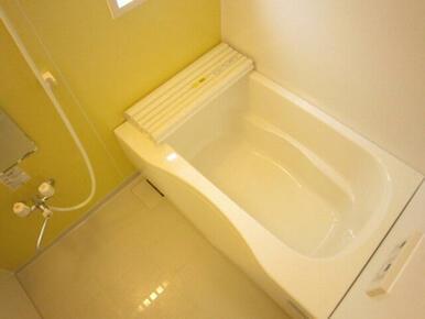 浴室もアクセントカラーが入っておりオシャレな演出をしております☆1日の疲れをお風呂でゆったりと癒せま