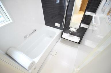 お子さんと入っても広々使えるユニットバス。浴室乾燥暖房機付きなので季節に合わせて温度調整も可能です!