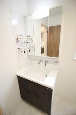 三面鏡付きの洗面台。化粧品や歯磨き粉、整髪料もキレイに収納出来ます