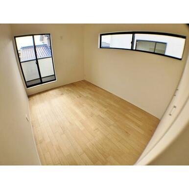 (1号棟洋室) 窓からのやさしい光が心地よいプライベートルーム。