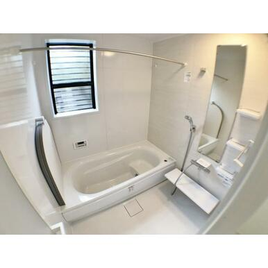 (1号棟浴室) お湯が冷めにくい魔法びん浴槽を採用。ゆったりと足が伸ばせる1.0坪のユニットバス。
