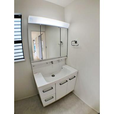 (1号棟洗面台)大きくて見やすい3面鏡、その場で洗髪可能なシャワー付の洗面台。