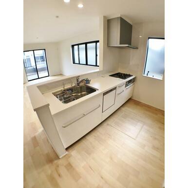 (1号棟キッチン) お料理中でも、家族を見守れる大型オープンキッチン。
