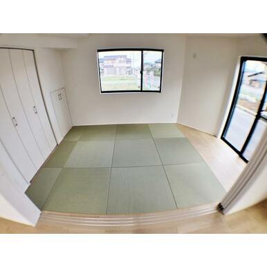 (1号棟洋和室) 来訪時や、家事スペースとしても使える洋和室。