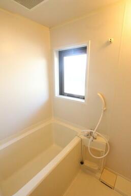 窓付シャワー付バスルーム