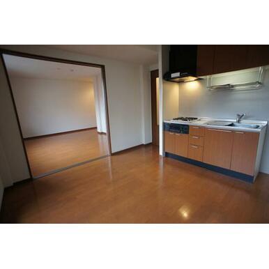 【ダイニング・キッチン】洋室とは、半透明の間仕切り戸で仕切られておりますので、明るい印象のスペースと