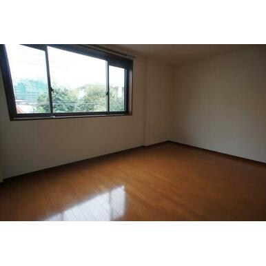 【洋室】9.3帖の洋室です。床はフローリング仕上げです♪
