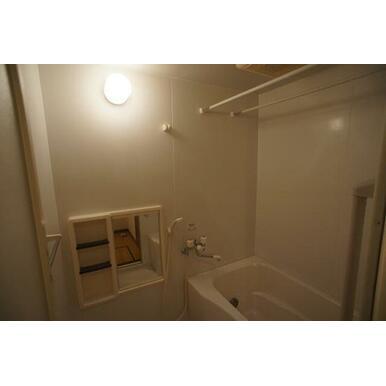【浴室】鏡、シャンプー等を置く台がついた浴室です。また、物干し棒がついておりますので、雨の日でも洗濯