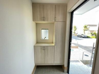 玄関収納♪小物を置くのに便利なスペースもあります◎(2021.10撮影)