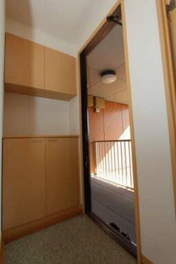 上下に分かれたシューズボックス有☆ 中段はフリースペースとなっており、小物等が飾れます♪