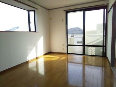 出窓付・2面採光で明るい6帖洋室