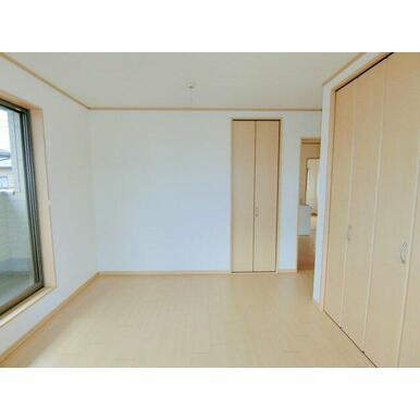 2階洋室。2ヶ所にクローゼットがあります