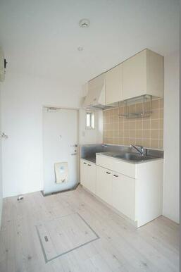 ≪キッチン≫上下に収納扉付いてます。床下収納も準備してあります。