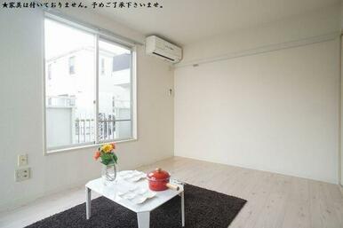 ★家具は付いておりません。予めご了承下さいませ。≪洋室≫1階角部屋♪二面採光の明るいお部屋です♪エア