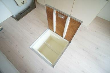 ≪床下収納庫≫保存食等を収納する事ができ便利です。