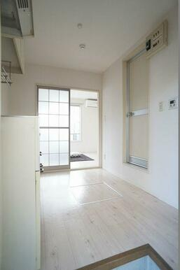 ≪玄関≫玄関より撮影しました♪手前がキッチン、奥が洋室です。