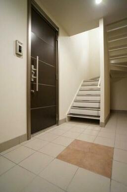 建物内共用部1Fは壁はクロス仕様、床はタイル仕様のホテルライク♪