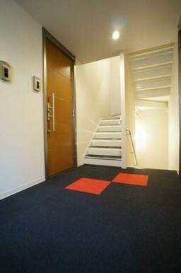 建物内共用部2~3Fは壁はクロス仕様、床はカーペット仕様のホテルライク♪