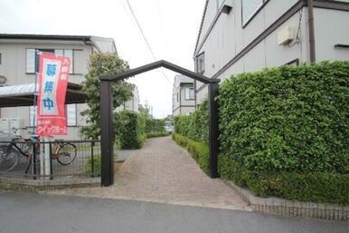 緑豊かな敷地内緑化も魅力!専用ゴミ置場&屋根付駐輪場完備