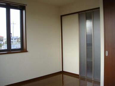 洋室には大きな窓ともうひとつ小さな窓が設置された、2面に窓のある明るい2階の角部屋です。