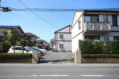 同敷地内に物件が6棟建ち並ぶタウンの一角です。
