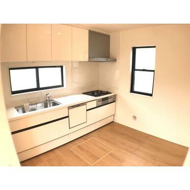 キッチン 収納豊富な吊戸棚付のキッチン。耐久性の高い人工大理石カウンターです。