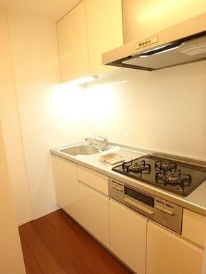 料理も楽しめるガスコンロ3口・グリル付きシステムキッチン(※同タイプ参考写真)