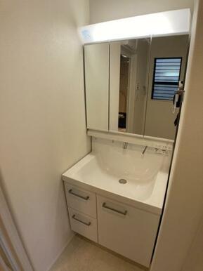 【10号棟洗面室】大きくて見やすい3面鏡、その場で洗髪可能なシャワー付の洗面台!